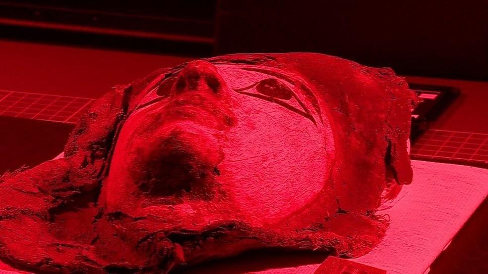 Luzes de diferentes frequências podem revelar o que estava escondido no gesso que une os caixões das múmias (Foto: BBC)