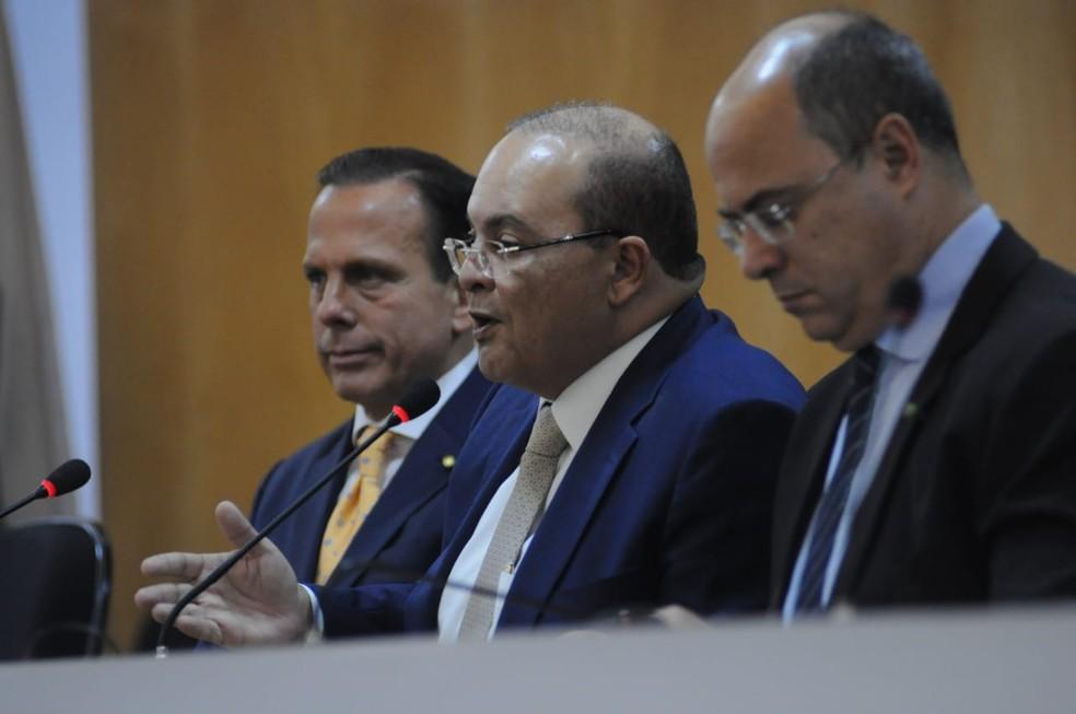 Governador Ibaneis Rocha (MDB), propõe gratificação de 30% para policiais civis inativos retornarem ao trabalho; medida foi anunciada durante Fórum de Governadores Eleitos — Foto: Renato Alves/Governo de transição