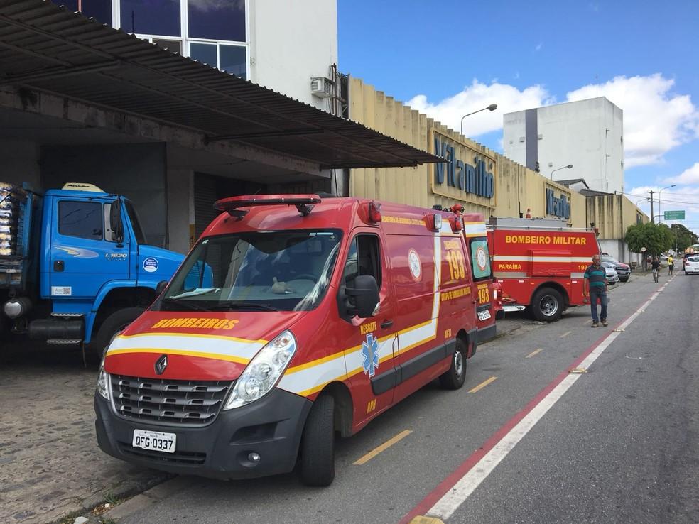 Equipes do Corpo de Bombeiros e do Samu foram acionadas à fábrica após silo de milho romper em Campina Grande (Foto: Felipe Valentim/TV Paraíba)