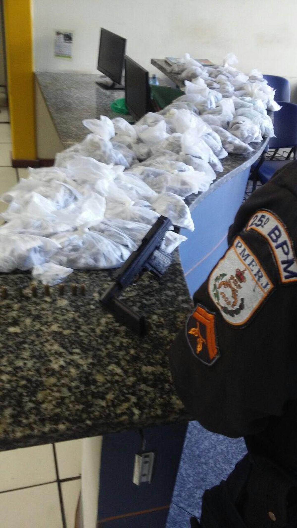 Homem é detido com arma, munições e maconha em comunidade de Cabo Frio, no RJ