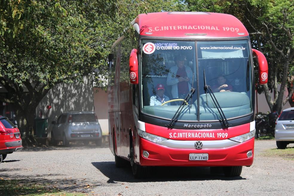 Ônibus do Inter deixa o CT do Parque Gigante rumo ao Beira-Rio — Foto: Eduardo Deconto