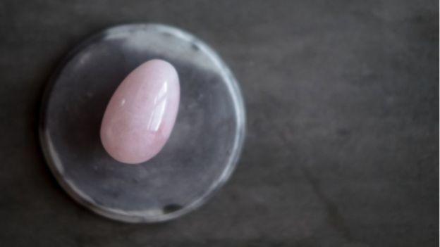 Os ovos vaginais são porosos e podem ter bactérias alojadas nos furos, alerta a ginecologista Jen Gunter (Foto: GETTY IMAGES)
