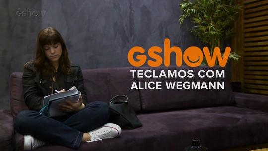 Alice Wegmann tecla com o Gshow e responde para qual final torce em 'A Lei do Amor': Marina ou Isabela?