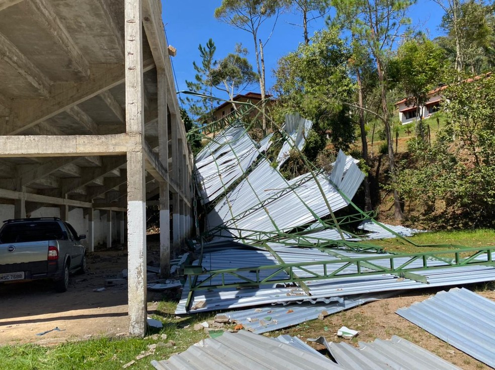 Cobertura das arquibancadas do Estádio Edmundo Rupf foi toda destruída — Foto: Divulgação/Apolo XIII