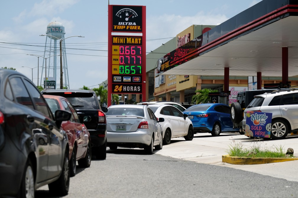 Carros fazem fila para combustível em Mayaguez, Porto Rico, na terça-feira (27). Foi ordenado um congelamento de preços, para evitar o aumento exagerado no preço de combustível. — Foto: Ricardo Arduengo/Reuters
