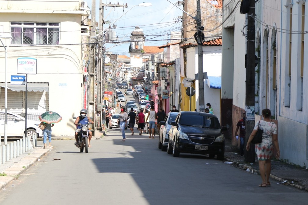 Movimentação de veículos e pessoas Rua de Santana, próximo a Rua Grande, nesta segunda-feira (25) — Foto: Adriano Soares/Grupo Mirante