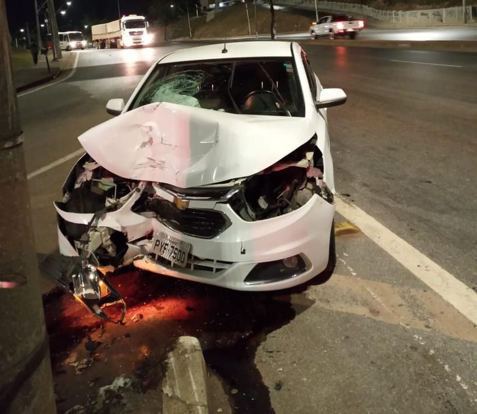 Carro bateu em poste na Avenida Amazonas — Foto: Redes sociais