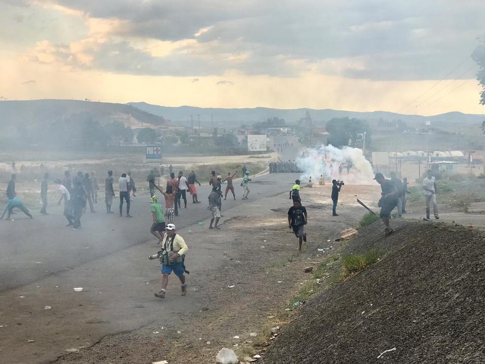 Protesto de venezuelanos na fronteira com o Brasil; guardas reagem com gás lacrimogêneo — Foto: Alan Chaves/G1