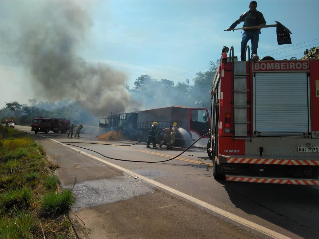 Carreta pega fogo e interrompe tráfego na BR-364 por mais de cinco horas em RO