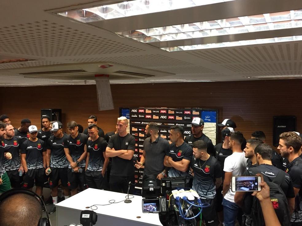 Jogadores do Vasco reunidos na sala de imprensa do Maracanã no pronunciamento de Leandro Castán — Foto: Thales Soares / GloboEsporte.com