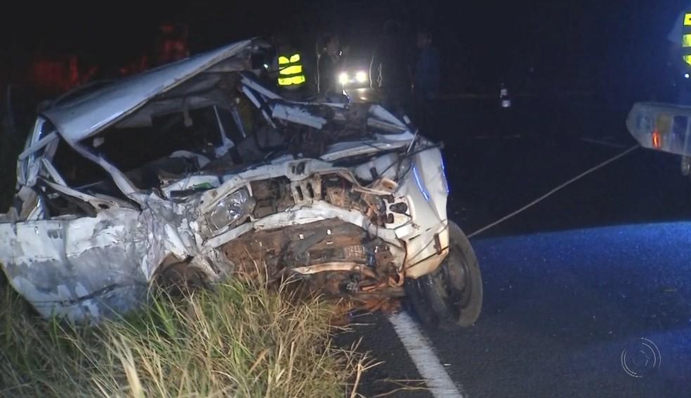 Carro ficou com a frente destruída no acidente em General Salgado (Foto: Reprodução/TV TEM)