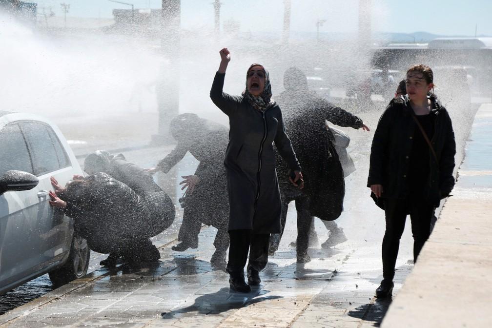 A polícia turca utiliza canhões de água para dispersar manifestantes enquanto eles protestam pela morte de um detento curdo em Diyarbakir, na Turquia — Foto: Sertac Kayar/Reuters