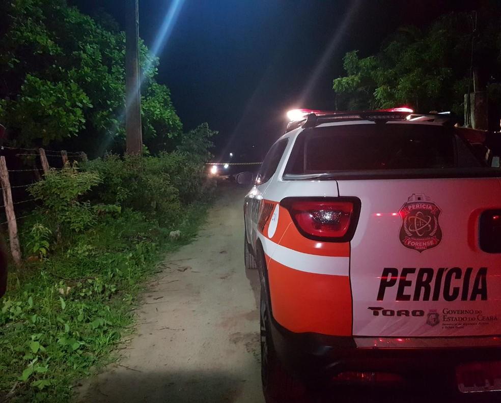 Vítima tombou sem vida em uma estrada deserta na localidade de Santa Rosa, em Caucaia — Foto: Rafaela Duarte/SVM