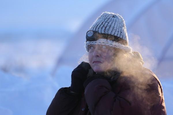 Sue Aikens sobrevive há décadas em meio às baixas temperaturas do Alasca (Foto: Divulgação)