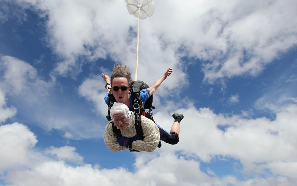 Irene O'Shea salta de paraquedas, acompanhada pelo instrutor Jed Smith — Foto: Reprodução/Facebook/SA Skydiving