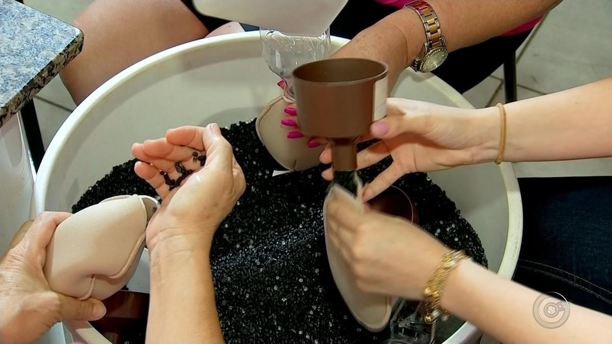 Voluntárias fazem próteses para mulheres que tiveram câncer de mama e retiraram o seio