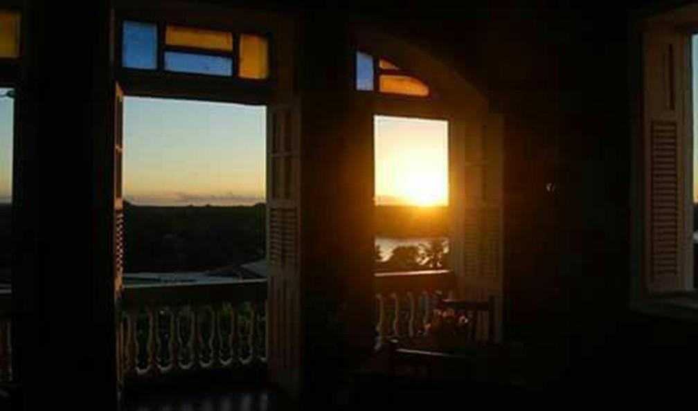 Pôr do sol a partir de casarão no Largo de São Frei Pedro Gonçalves (Foto: Facebook/restauranteviladoporto)