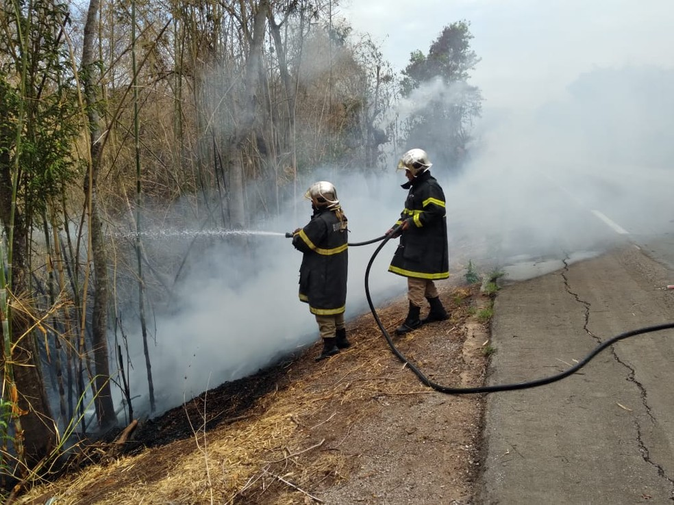 Os bombeiros conseguiram apagar a carreta que estava em chamas — Foto: SGT Helivane
