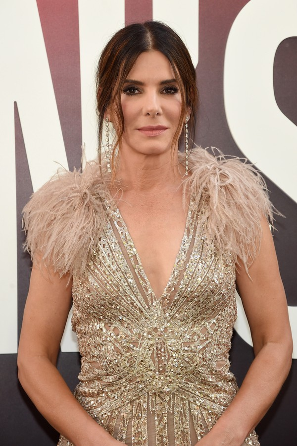 Sandra Bullock apostou no old Hollywood glamour de Elie Saab alta-costura. (Foto: Getty Images)