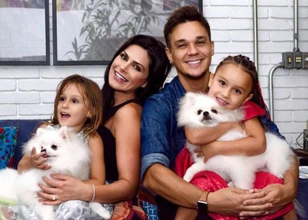Leandro, do KLB, Natália Guimarães, com as gêmeas Maya e Kiara (Foto: Reprodução/Instagram)