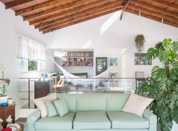 A visão panorâmica da nova cobertura permite acompanhar a extensão da obra. Há canto de TV, escritório, cozinha, sala de estar e solário (Foto: Joana França/Divulgação)