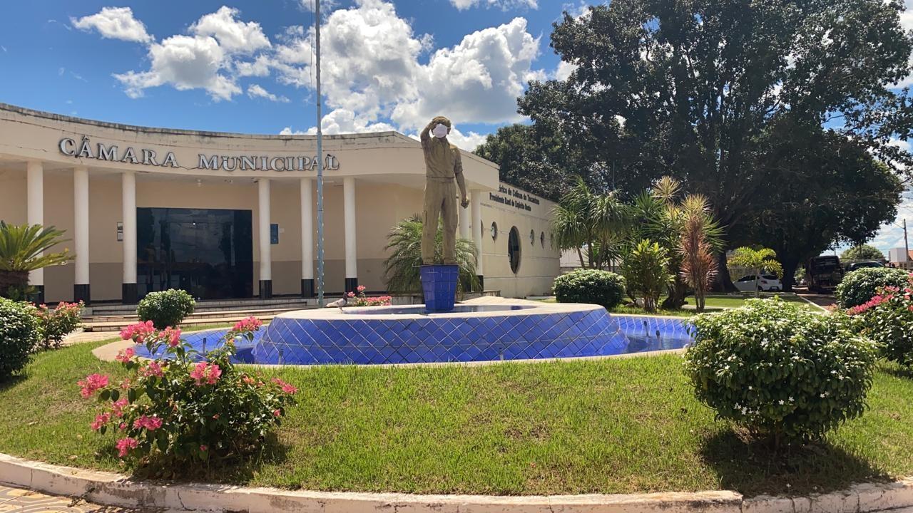 Estátua do primeiro prefeito de Colinas do Tocantins aparece de máscara em meio à pandemia