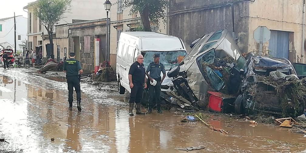 Veículos ficaram destruídos após fortes chuvas atingirem Sant Llorenc, em Marllorca, na Espanha,  nesta quarta-feira (10)  — Foto: Juan Pedro Martinez/ AP