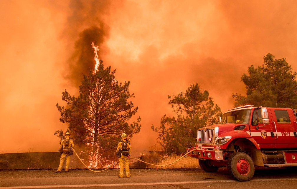 Bombeiros combatem o fogo em Clearlake Oaks, neste domingo (1), na Califórnia (Foto: Josh Edelson / AFP)