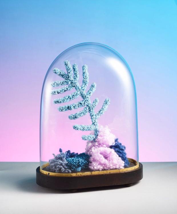 A artista plástica francesa Aude Bourgine Honor cria esculturas inspiradas em corais a partir de restos de tecidos, miçangas e lantejoulas para chamar a atenção sobre a necessidade de cuidarmos dos oceanos (Foto: Aude Bourgine Honor/Reprodução)