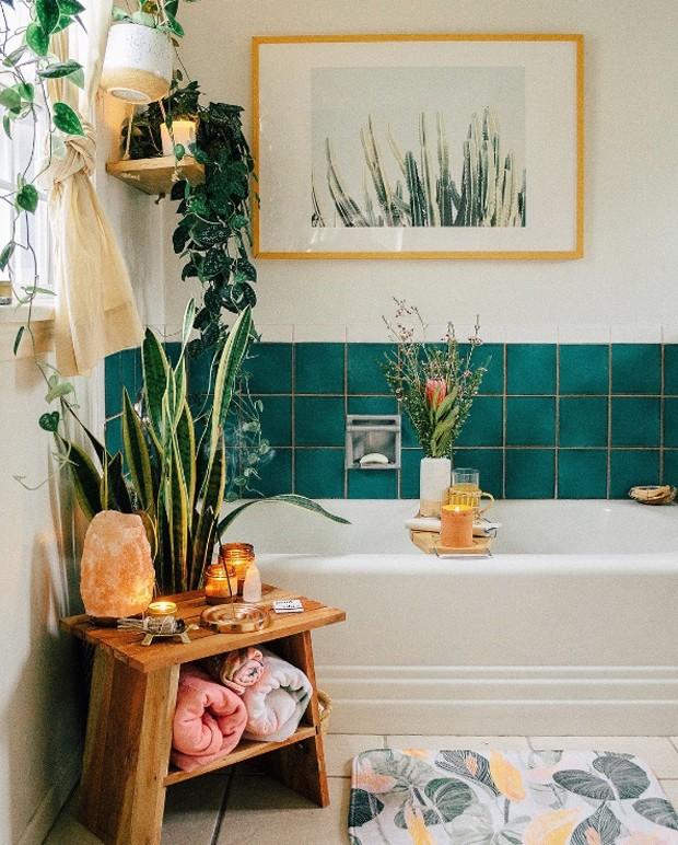 Décor do dia: muitas plantas no banheiro (Foto: Sara Toufali/Instagram)