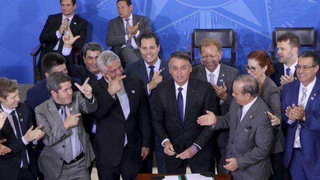 Bolsonaro assinou decreto que flexibilizava regras sobre armas no dia 7 de maio, mas três semanas depois recuou em alguns pontos (Foto: WILSON DIAS/AGÊNCIA BRASIL)