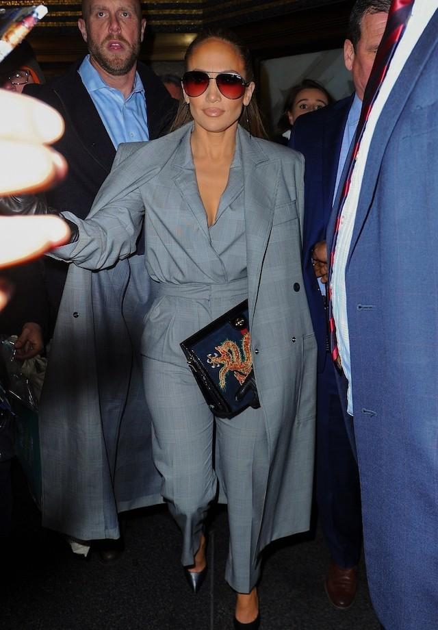 J-Lo de cinza em look Max Mara (Foto: JosiahW / BACKGRID)