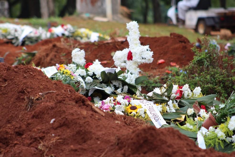 Flores em cima de túmulos de vítimas da Covid-19 no cemitério da Vila Formosa, na Zona Leste de São Paulo, em foto de 17 de abril. — Foto: KAREN FONTES/ISHOOT/ESTADÃO CONTEÚDO