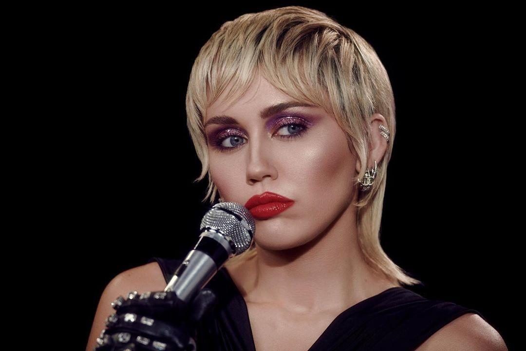 Miley Cyrus lança single 'Midnight Sky'