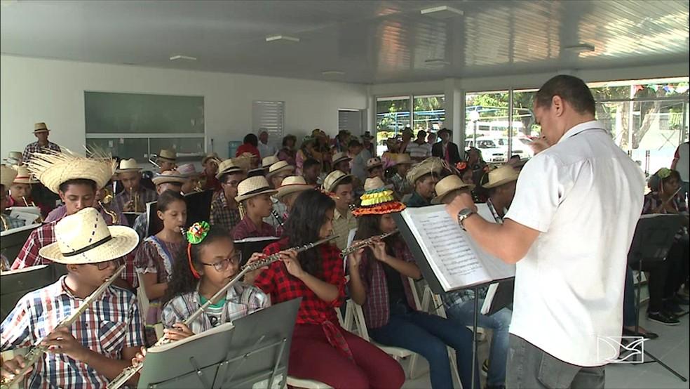 Banda do Bom Menino foi uma das atrações do dia no asilo de mendicidade de São Luís (Foto: Reprodução/TV Mirante)
