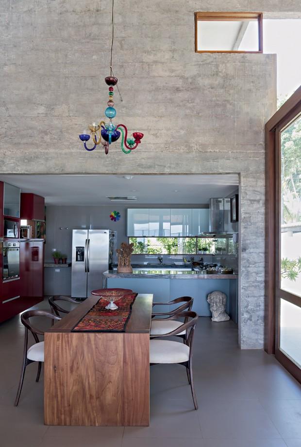 Sala de jantar   A cozinha fica no bloco de concreto e é aberta para o living. Os armários da Florense têmacabamento de laca brilhante em contraste com o piso de porcelanato, que imita cimento (Foto: Fotos e produção Projeto Sertões)