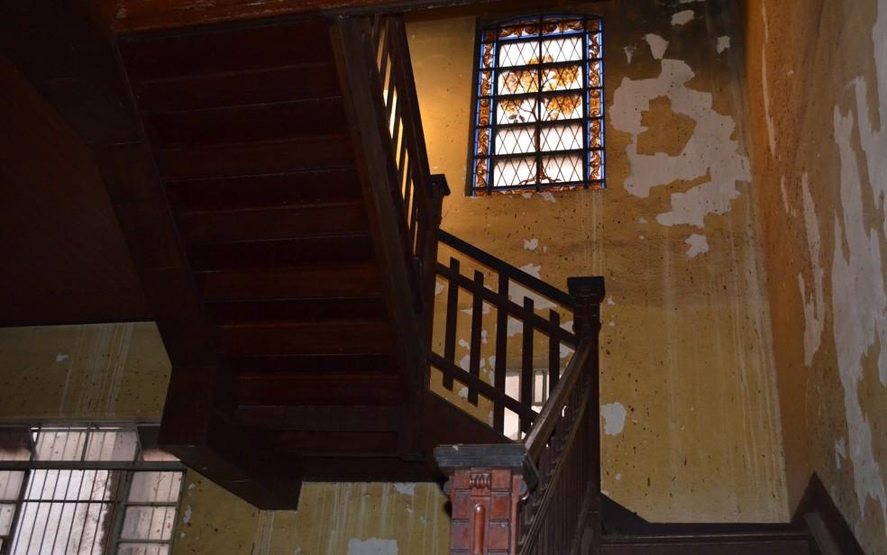 Vitral original está conservado próximo da escadaria da sala de estar no Palacete Camilo de Mattos em Ribeirão Preto, SP — Foto: Werlon Cesar/G1