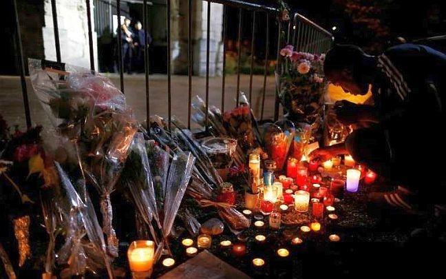 Oração e flores em um memorial improvisado diante da Igreja de Saint-Étienne-du-Rouvray (Foto: Arquivo Google)