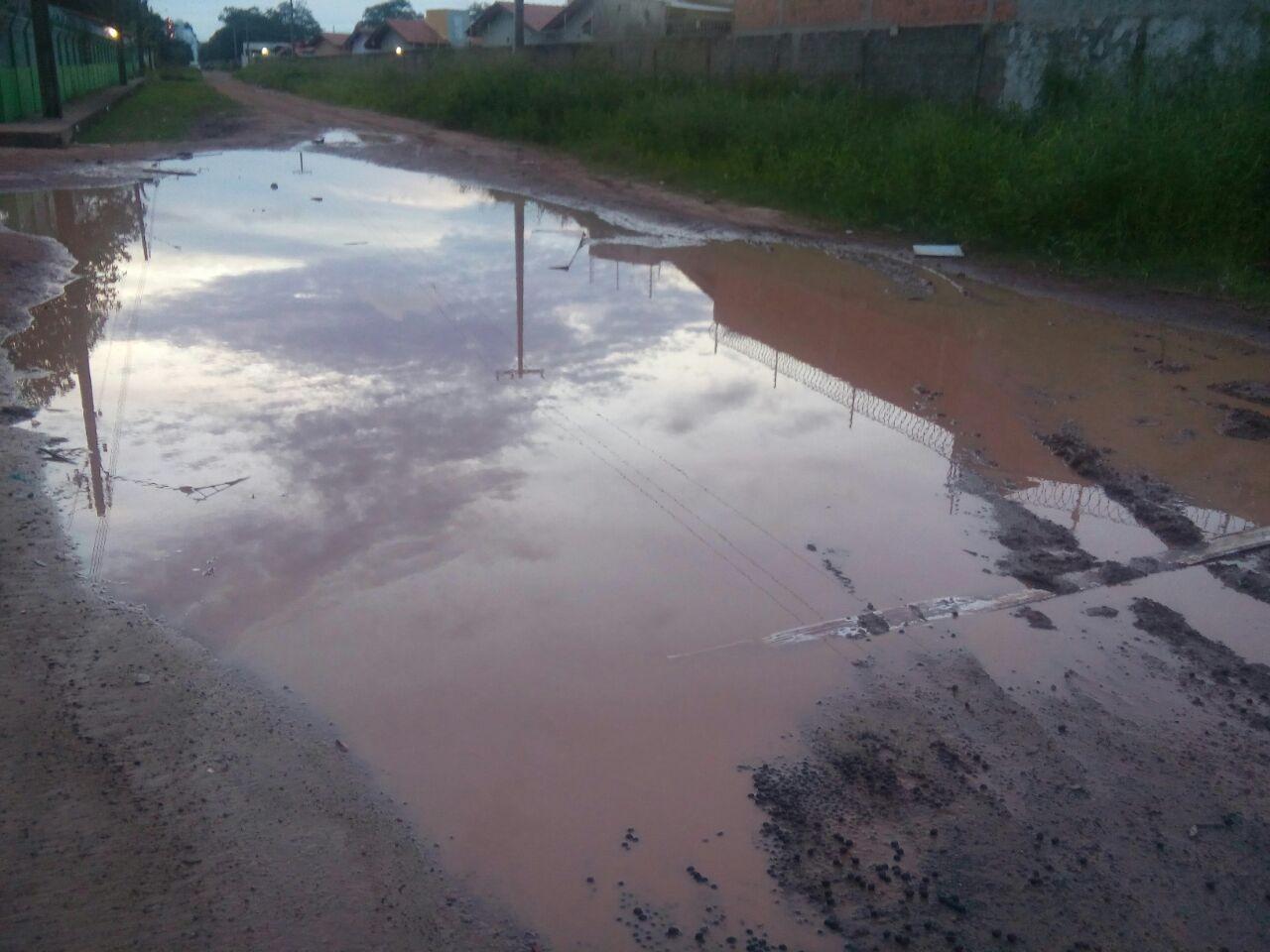 Poças de lama formadas em via pública são motivo de insatisfação em bairro de Macapá