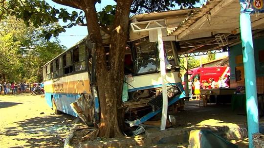 Corpo de homem morto em acidente entre ônibus e caminhonete é enterrado em Trindade