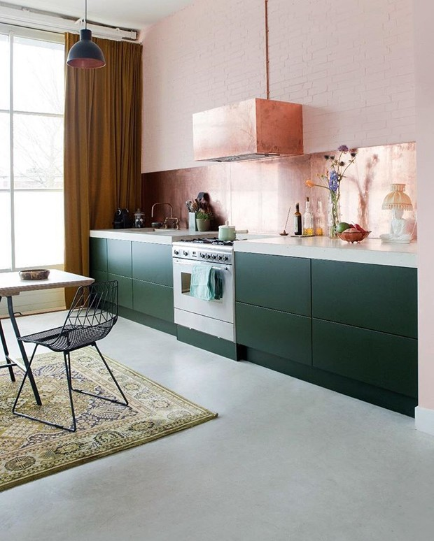 Décor do dia: tijolinhos rosa e armários verdes na cozinha (Foto: Divulgação)