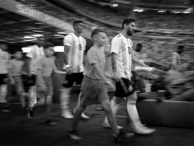 SAINT PETERSBURG, RUSSIA - JUNE 26:  (EDITORS NOTE: THIS IMAGE HAS BEEN CONVERTED TO BLACK & WHITE) Lionel Messi of Argentina leads out his team during the 2018 FIFA World Cup Russia group D match between Nigeria and Argentina at Saint Petersburg Stadium  (Foto: Getty Images)