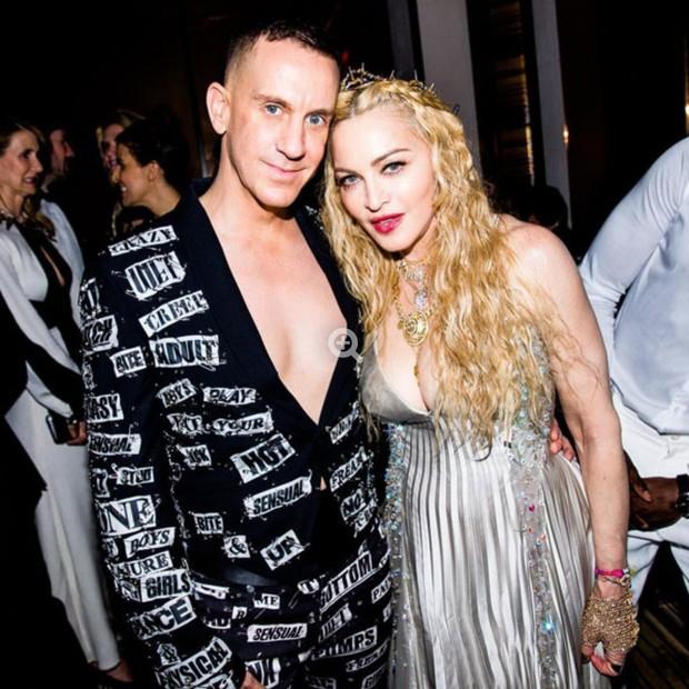 Jeremy Scott e Madonna usando o vestido vintage Versace, de uma apresentação sua de 1995. (Foto: Instagram Jeremy Scott/ Reprodução)