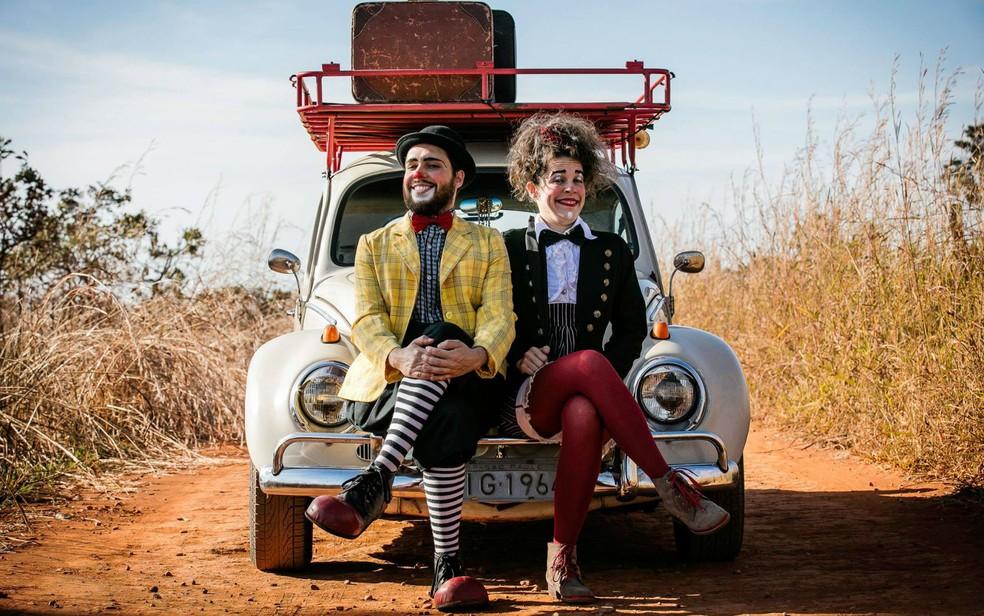 Palhaço Trevolino e Palhaça Lelê, da Cia. da Sorte, no Fusca com o qual viajaram 15 mil quilômetros pelo Brasil (Foto: Bento Viana/Revista Traços)