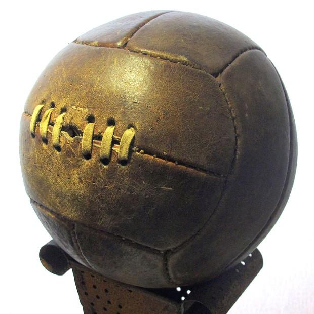 Bolas utilizadas nos primeiros mundiais tinham seus gomos amarrados com cadarços (Foto: Sailko/Wikicommons)