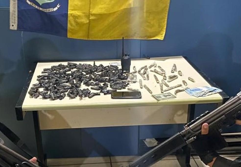 Casal é preso com drogas no Morro da Fortaleza, em Angra dos Reis — Foto: Polícia Militar/Divulgação