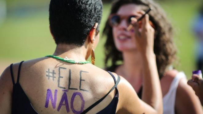 Pesquisa da USP feita entre manifestantes que foram ao ato #EleNão, em São Paulo, indica que composição foi homogênea, com maioria de esquerda, branca e com escolaridade e renda elevadas (Foto: AFP via BBC News Brasil)