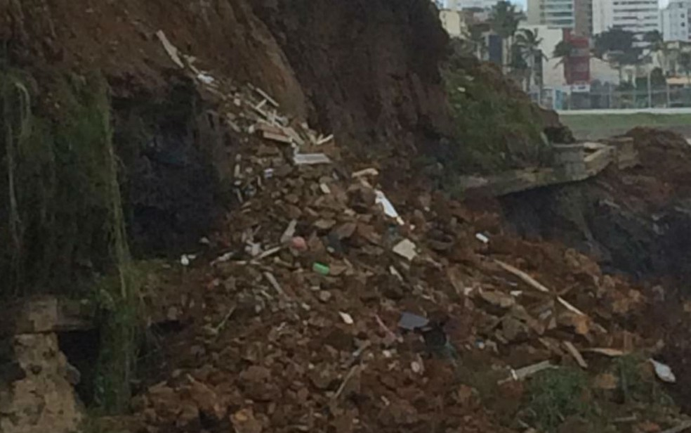 Escombros cairam na beira do mar (Foto: Ana Valéria/TV Bahia)