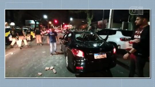 Três torcedores ficam feridos e carro é destruído após jogo de Athletico x Atlético-MG