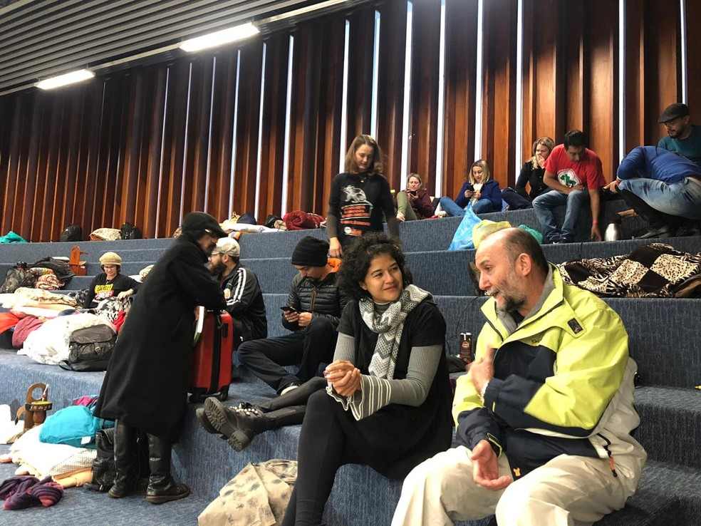 Servidores querem acompanhar a sessão plenária desta quarta-feira (10) — Foto: Amanda Menezes/RPC